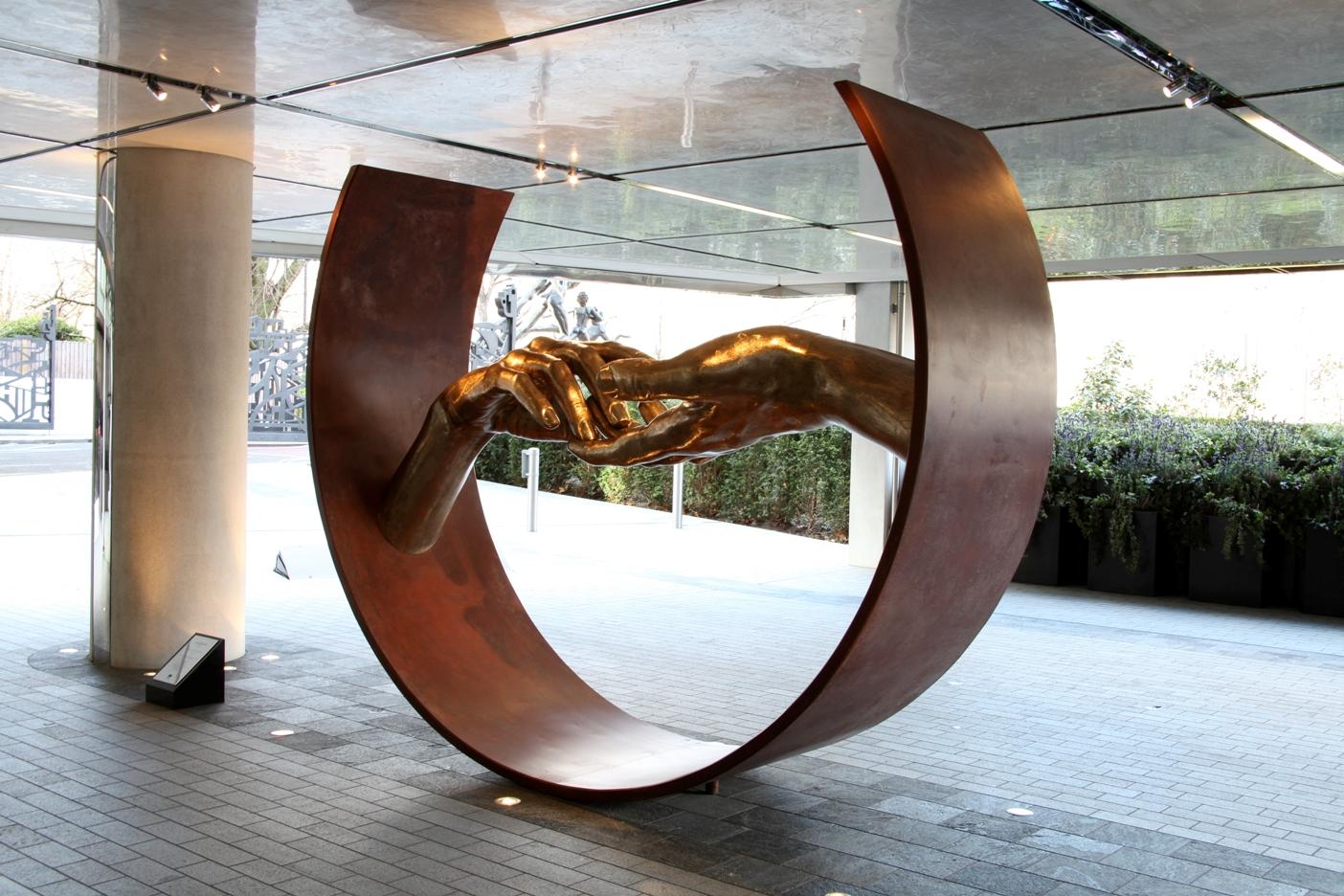 Sculpture Finding Love - bronce