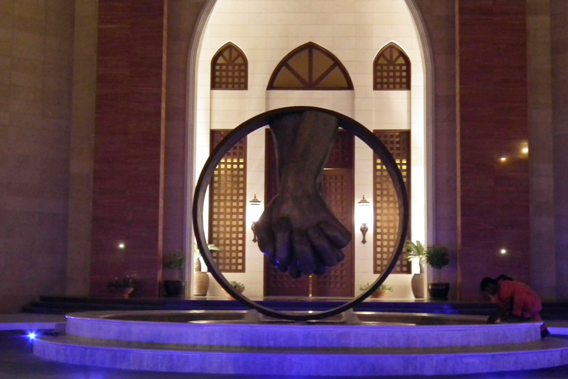Love, Bronze - AbuDhabi - Installations and Commissions - Lorenzo Quinn