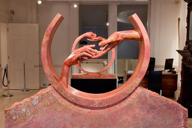 Encontrando el Amor, Travertino Rojo - Esculturas - Lorenzo Quinn
