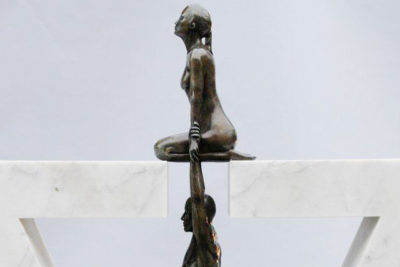 Gravedad Femenina, Bronce y Mármol de Carrara Pulido - Esculturas - Lorenzo Quinn