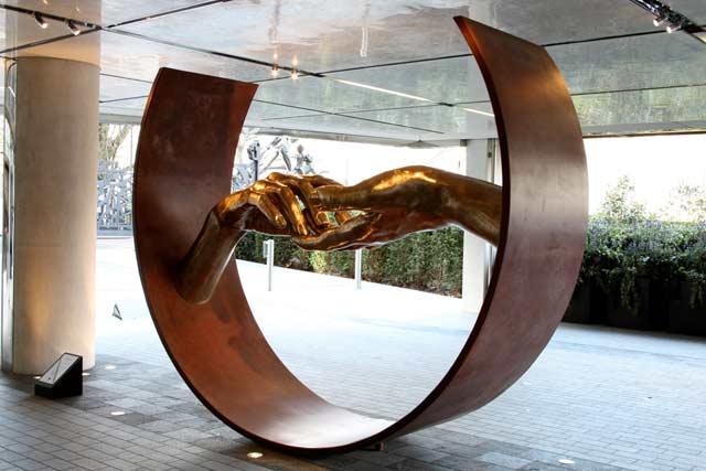 Encontrando el Amor, Bronce - Londres, Inglaterra - Instalaciones y Encargos - Lorenzo Quinn