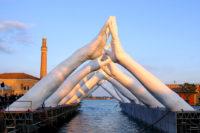 Building Bridges - Venecia, Italia - Instalaciones y Encargos - Lorenzo Quinn