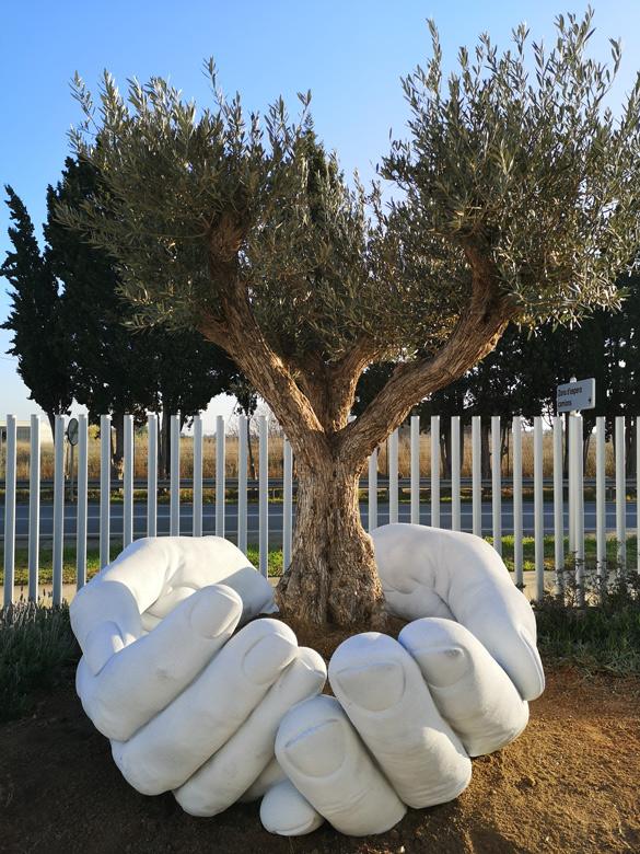 Give - Sculptures - Lorenzo Quinn